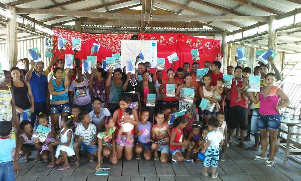Adultos e crianças festejam o lançamento do fascículo 22. (Foto Simone Moura)