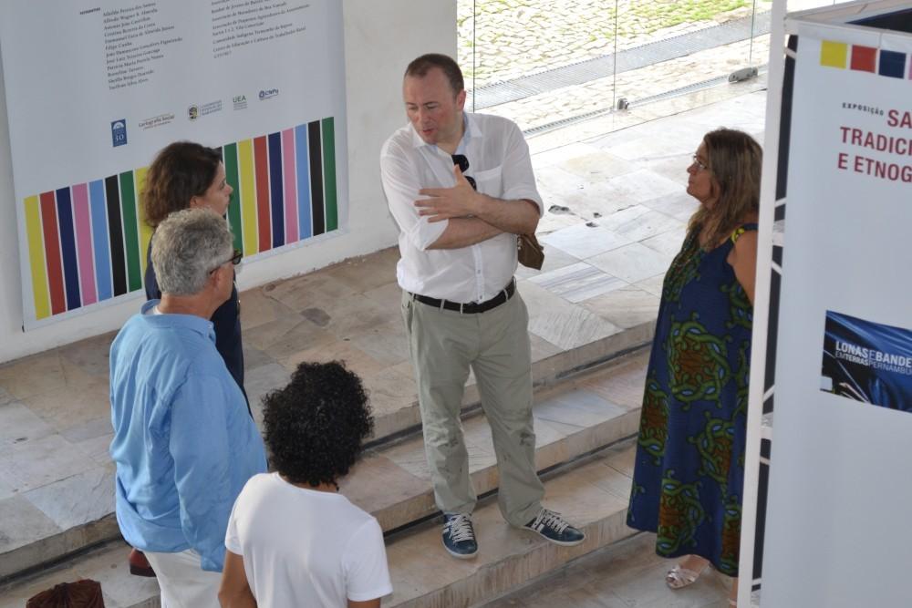 Brian Glynn  em visita à Exposição Saberes Tradicionais e Etnografia