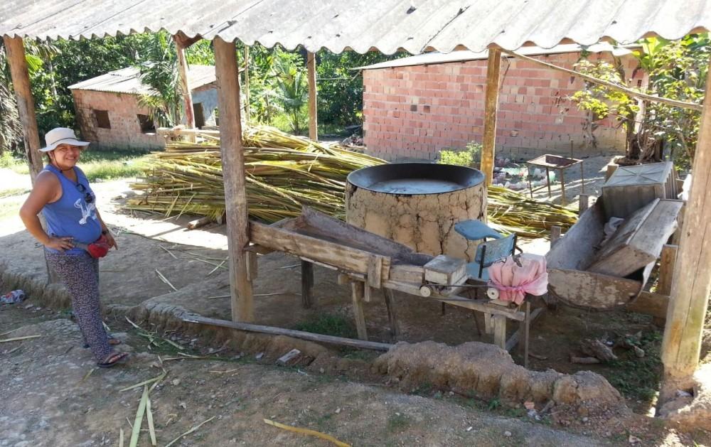 Altaci Kokama na casa de forno da Aldeia Kokama em Manaus. Nessa casa de forno há forno, tipiti, remo, gamela, prensa, peneira, cuia e banca de aviamento [motor, tarisca].