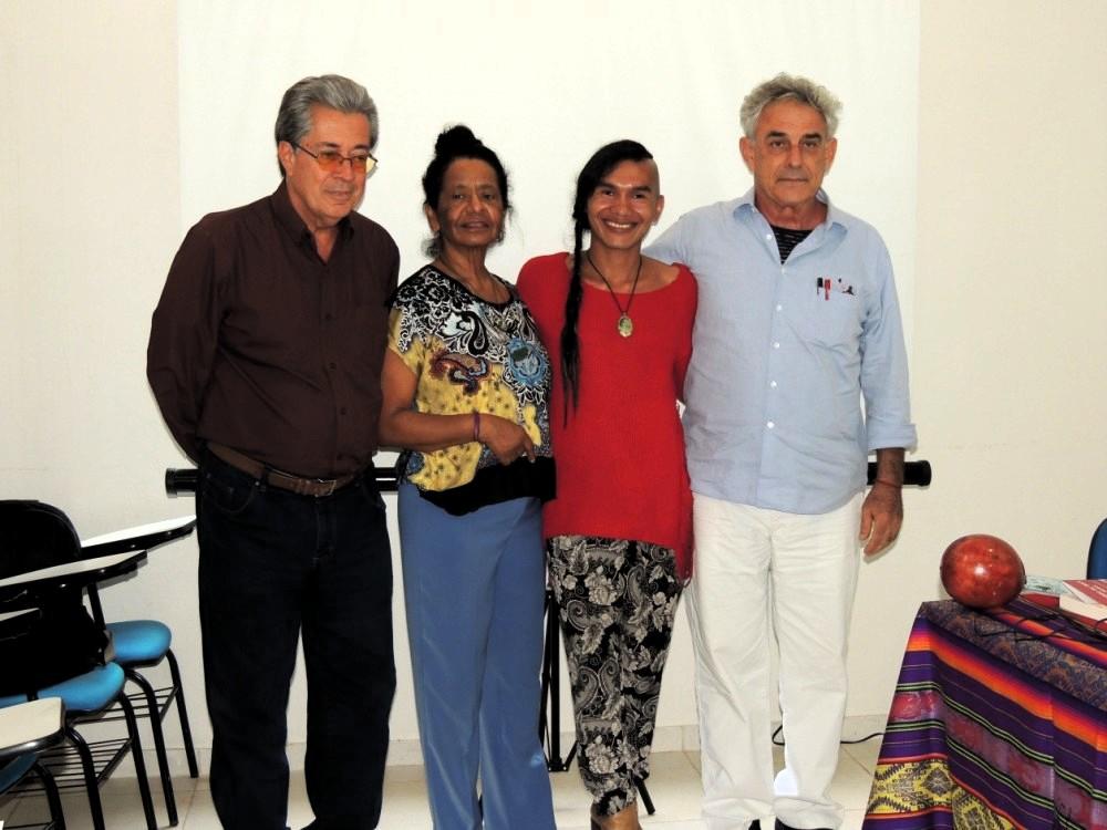 Enoc Moisés Merino Santi em fotografía com a banca examinadora
