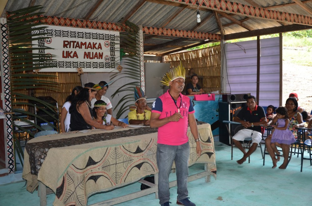 Presidente da Fundação Estadual do Índio, Raimundo Atroari, palestrando a respeito de política indigenista.