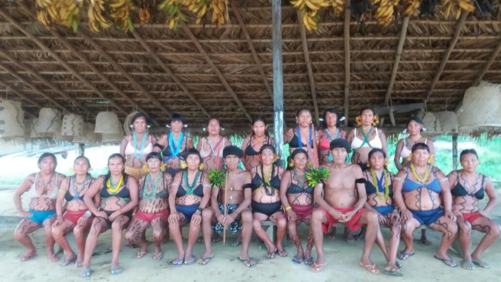 Mulheres da Associação AMY- KUMIRÃYÕMA juntamente com os dois caciques da aldeia Maturacá.