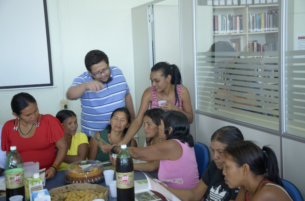 Emmanuel, pesquisador do PNCSA, explicando o mapa do Trombetas (PA) para Mulheres Yanomami.